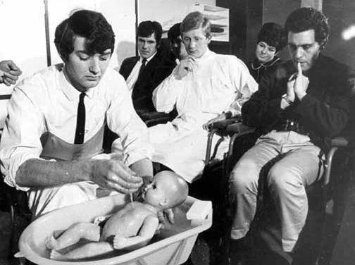 Mannen leren babies verzorgen, Groot-Brittannië (collectie KADOC - KU Leuven, detail)