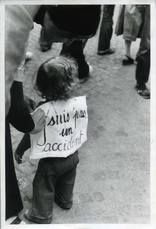 """Kind op een betoging rond reproductieve rechten, met opschrift """"ik ben geen ongeluk"""", s.d. (collectie AVG-Carhif)"""