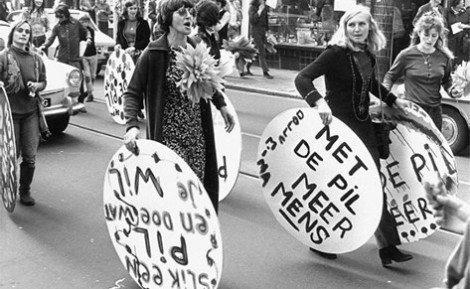 Propagandaoptocht van Dolle Mina voor het gebruik van de anticonceptiepil, Amsterdam, 10 oktober 1970 (collectie Atria, Amsterdam)